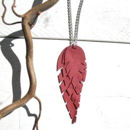 Design Sinivuokko Lehti kaulakoru hopean värisellä ketjulla (marja)