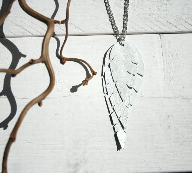 Design Sinivuokko Lehti kaulakoru hopean värisellä ketjulla (valkoinen)