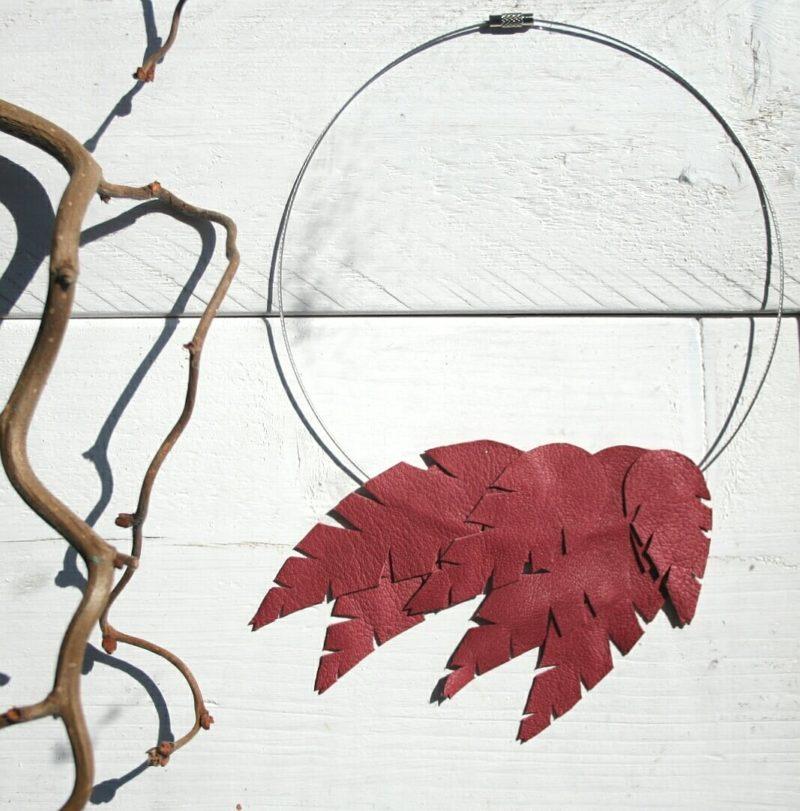Design Sinivuokko Lehti kaulakoru metallin värisellä renkaalla (marja)