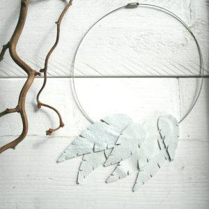 Design Sinivuokko Lehti kaulakoru renkaalla (valkoinen)