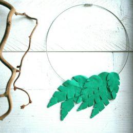 Design Sinivuokko Lehti kaulakoru metallin värisellä renkaalla (vihreä)