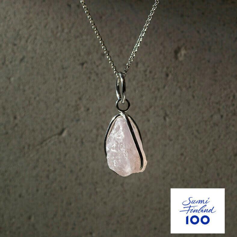 Namu Jewellery Karu Ruusukvartsi riipus Suomi100