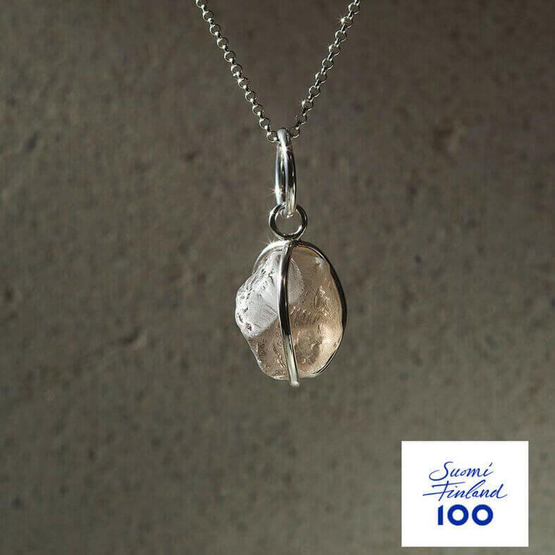 Namu Jewellery Karu Savukvartsi riipus (vaalea) Suomi100