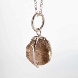 Namujewellery Karu Savukvartsi riipus (tumma) vaalea tausta
