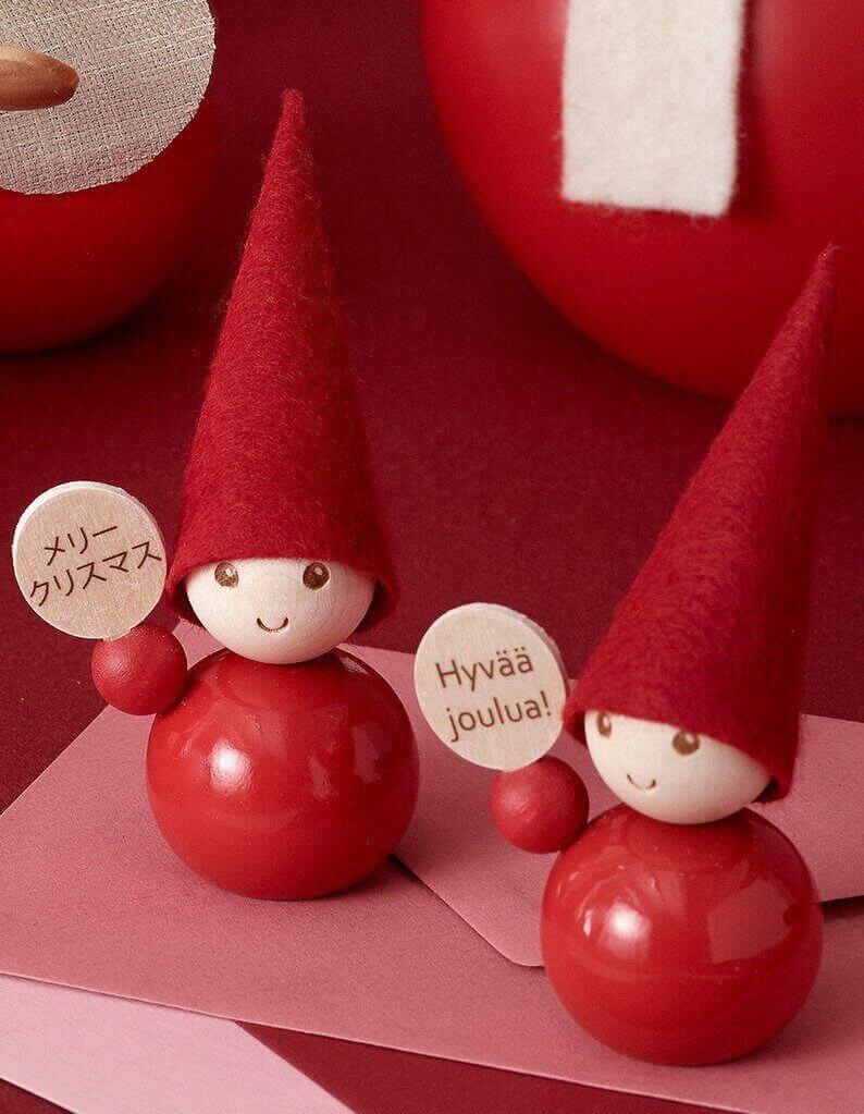 Aarikka Tonttu Hyvää Joulua -pöytäkoriste pöydällä