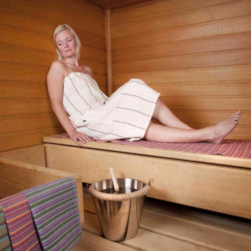 Jokipiin Pellava Liituraita-tarrapyyhe (luonnonvalkoinen) 85 x 145 cm saunassa