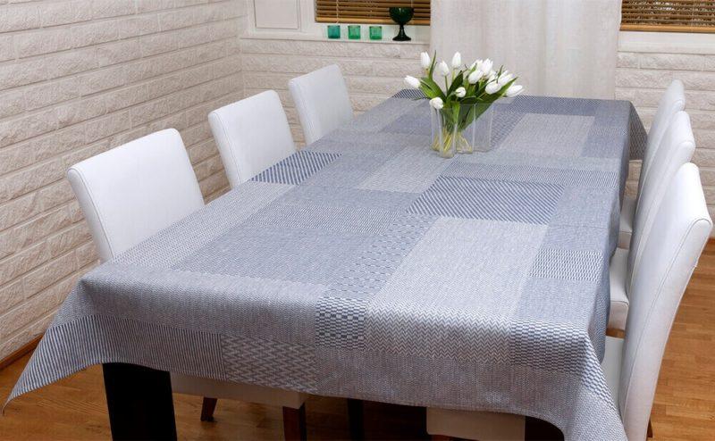 Jokipiin Pellava Lakeus-pöytäliina (valkoinen-siniharmaa) pöydässä