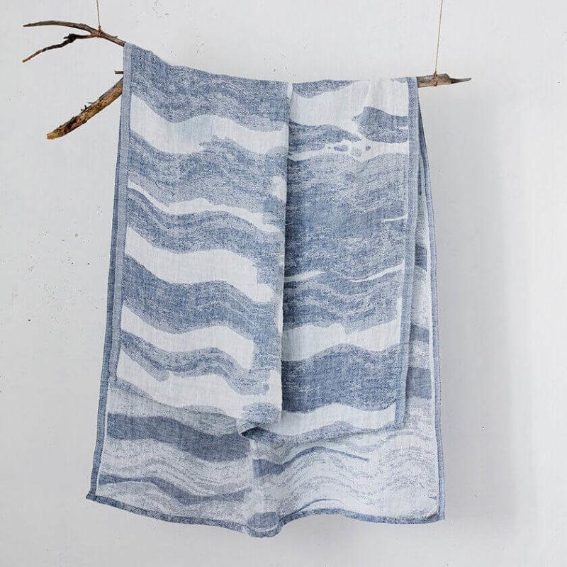 Lapuan Kankurit Aallonmurtaja iso kylpypyyhe 95X180cm valkoinen-sininen roikkumassa