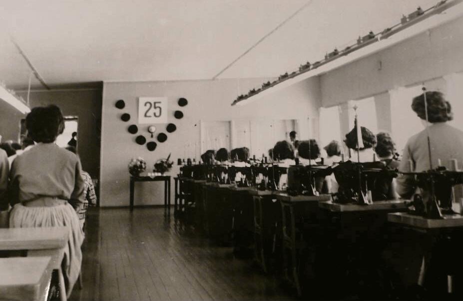 Tella lakkien valmistusta 1950-luvulla