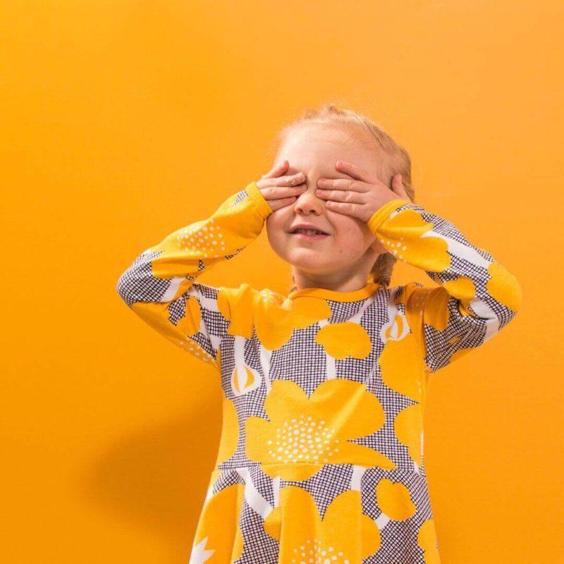 PaaPii Design Sinna kellohamemekko Niittyleinikki aurinko piilosilla 1