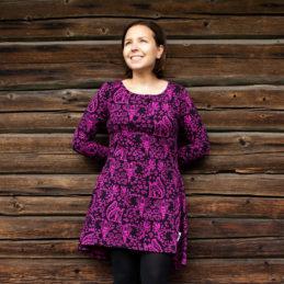 PaaPii Design Heija tunika Mielikki violetti seinän edessä