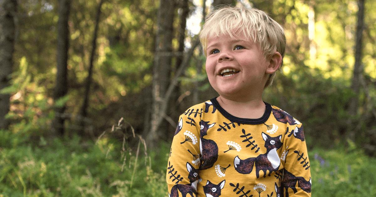 PaaPii Design Uljas lasten paita Nuutti okra-ruoste hymyileva poika ulkona