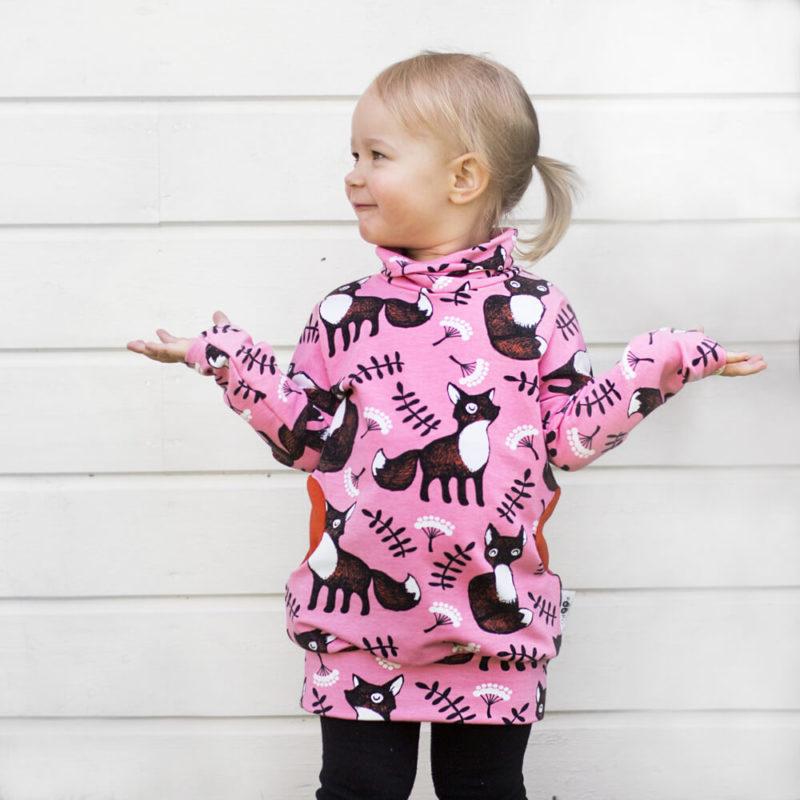 PaaPii Design Helmiina collegetunika Nuutti vaaleanpunainen-ruoste kädet levällään