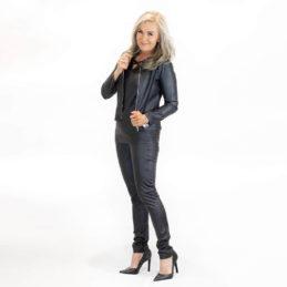 Muotitorppa jakku ja farkut musta