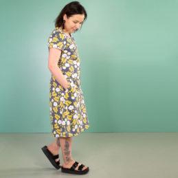 PaaPii Design Sointu mekko Juhannusruusu tummanharmaa-keltainen sivusta