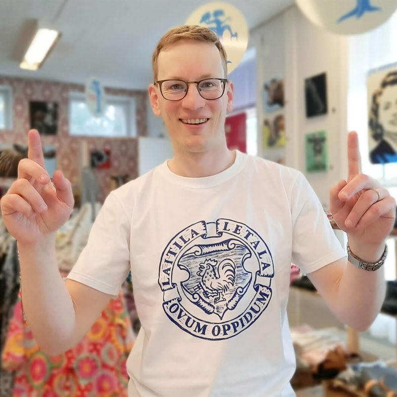 Laitila - Ovum Oppidum T-paita kaupassa