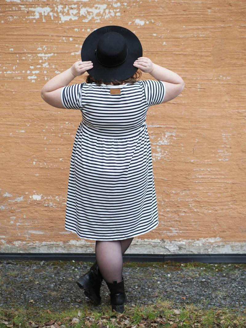 Kanto Design Lilja mekko mustavalko raita takaa