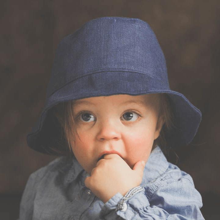 Tella Väinö pellavalakki sininen lapsen päässä